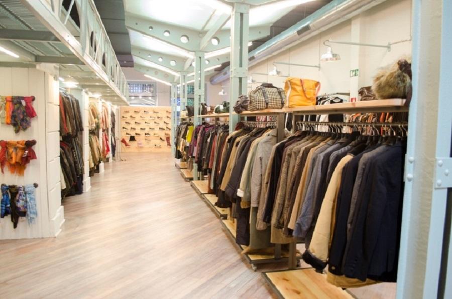 ropa en una tienda de segunda mano de Gijón