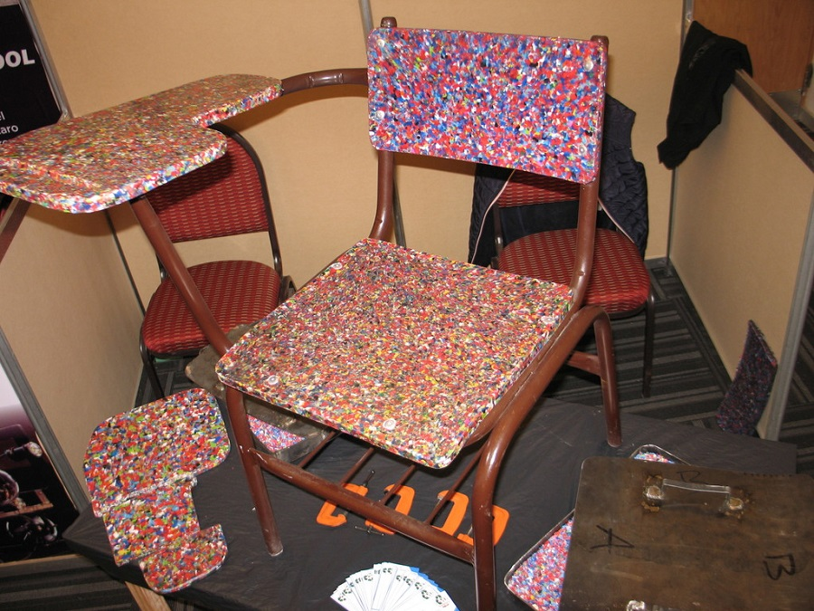 Proponen usar tapas de PET para fabricar mobiliario escolar