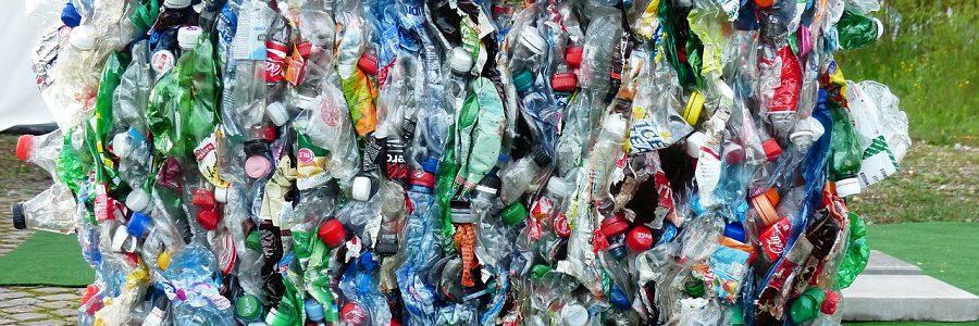 El sector del plástico y las administraciones públicas debaten medidas para impulsar la economía circular, el reciclado y evitar el abandono de los residuos
