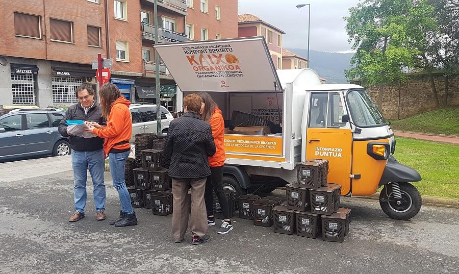 Punto informativo sobre el servicio de recogida de residuos orgánicos en Bilbao