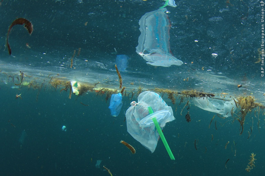 Los plásticos contaminan mares y océanos