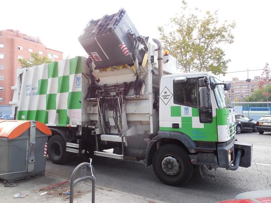 Camión de recogida de residuos urbanos en Madrid