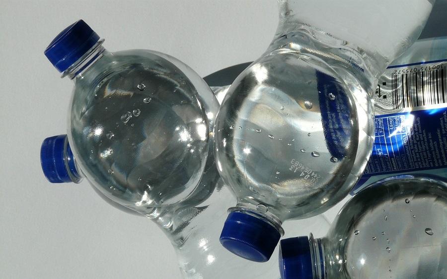 El Europarlamento propuso un objetivo obligatorio de contenido reciclado del 35% en las botellas de plástico