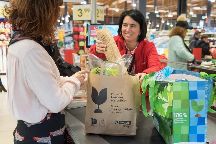Eroski ofrece bolsas de papel como alternativa al plástico