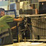 Humanos y robots colaborando en el reciclaje de residuos electrónicos