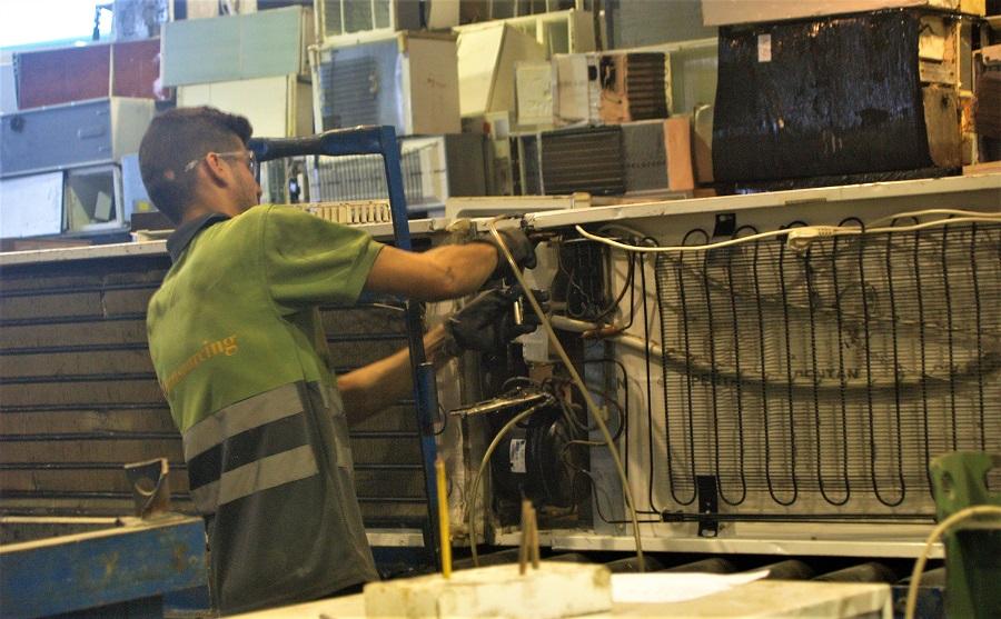 Proyecto para una planta de reciclaje de RAEE híbrida de humanos y robots