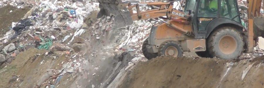 Denuncian el entierro de residuos de construcción en una cantera inundada de Lugo