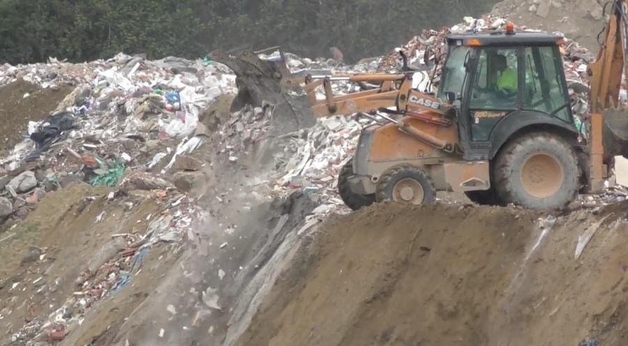 Vertido de residuos de construcción en una cantera inundada de Lugo