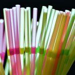 Paradores elimina las pajitas y los vasos de plástico