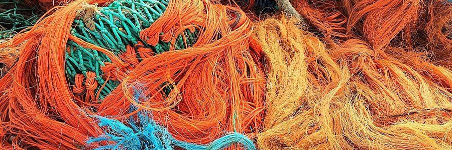 Redes de pesca y residuos plásticos recuperados del mar para reciclarlos como fibras textiles
