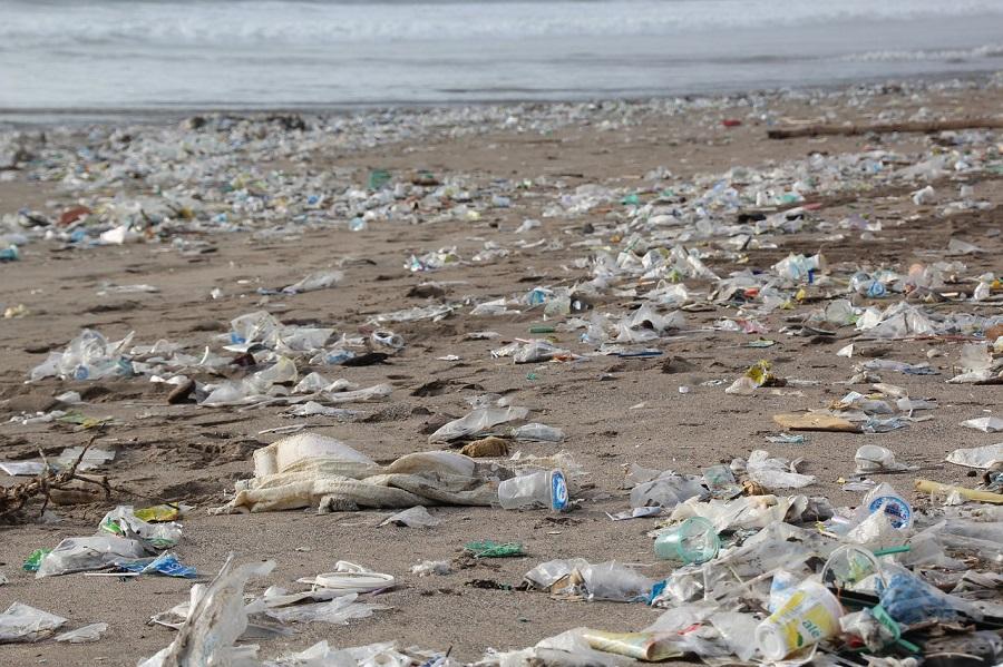 Un estudio analiza el impacto ambiental global del plástico