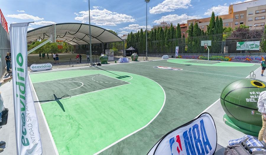 Pista de baloncesto reformada con vidrio reciclado en Madrid