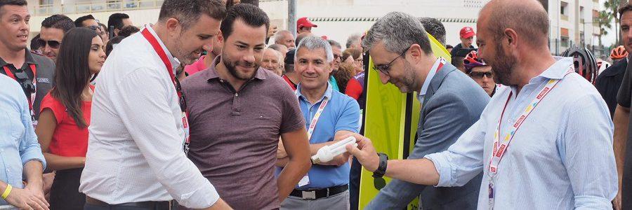 El alcalde de Cullera y el presidente de la Diputación de Valencia apoyan el reciclaje de bombillas en la salida de la Vuelta Ciclista