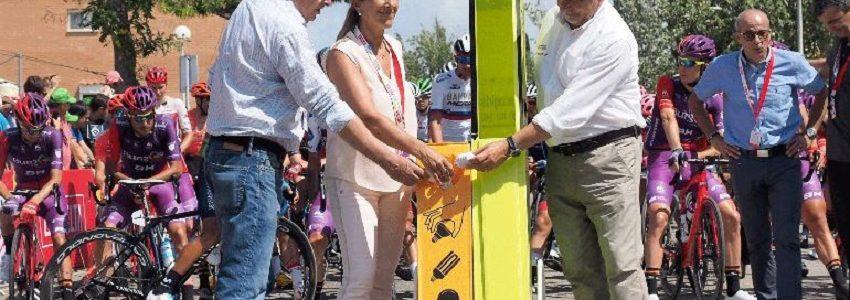 La alcaldesa de Valls y el conseller de Educación apoyan el reciclaje de bombillas en la salida de la Vuelta Ciclista