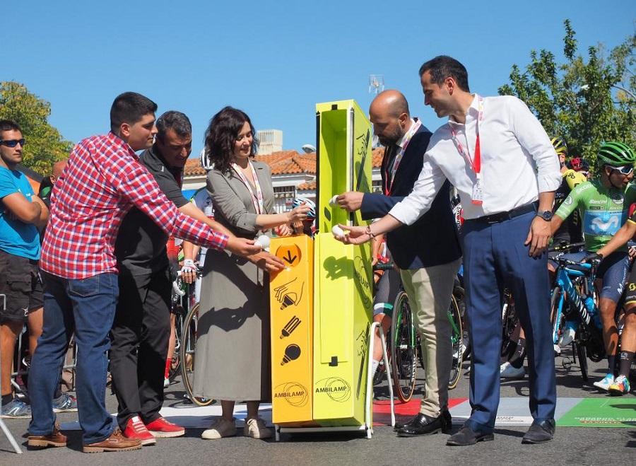 Autoridades de la Comunidad de Madrid conciencian sobre el reciclaje de bombillas en La Vuelta