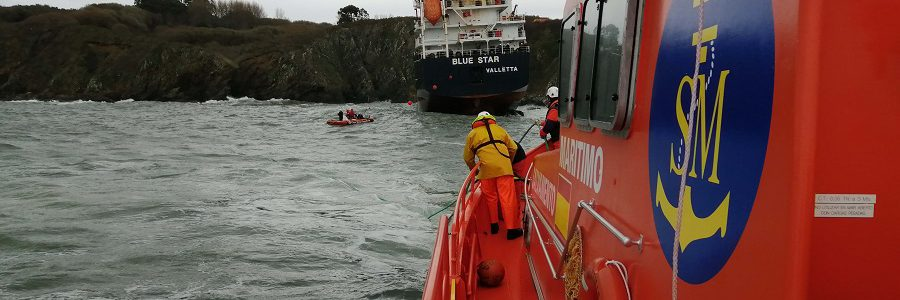 Fomento solicita al armador del Blue Star la extracción del combustible y el rescate del buque siniestrado en la ría de Ares (A Coruña)