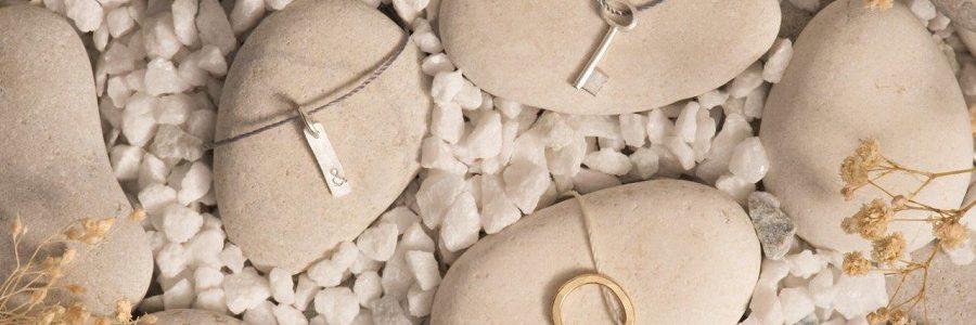 Una colección de joyas creadas con metales preciosos de teléfonos móviles reciclados