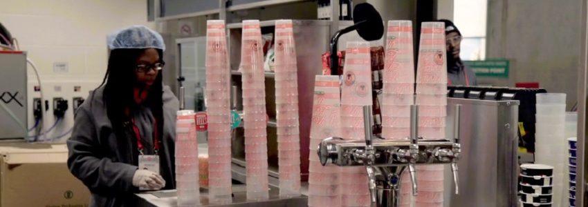 El Arsenal ha evitado ya medio millón de vasos de plástico desechables en su estadio con un sistema de retorno