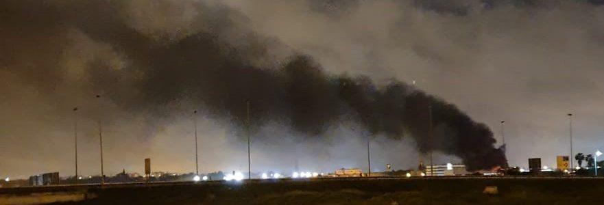 Denuncian la quema de residuos tóxicos en un polígono industrial de Sevilla