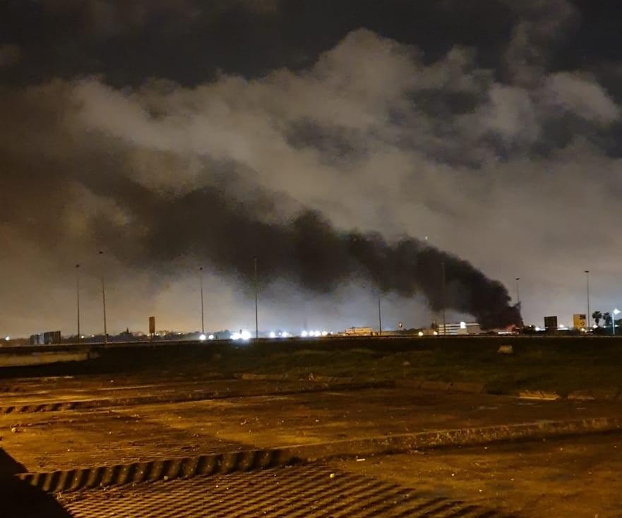 Denuncian la incineración de residuos tóxicos en un polígono de Sevilla