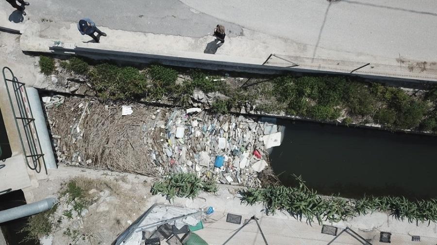Los residuos de origen urbano se acumulan en las acequias de la Vega Baja