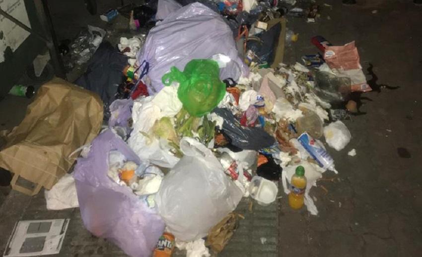 Basura desperdigada en una calle de Castellón