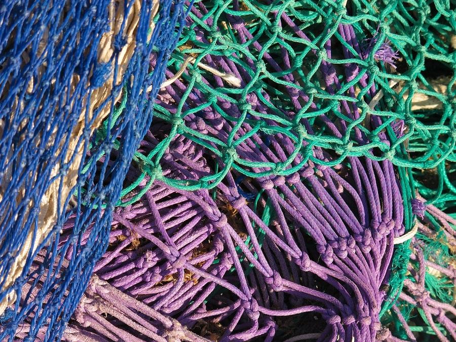 Las redes de pesca se gabrican con distintos tipos de plástico