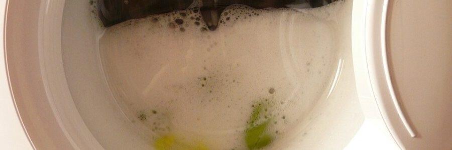 Casi la mitad de los microplásticos liberados al lavar la ropa terminan en ambientes terrestres