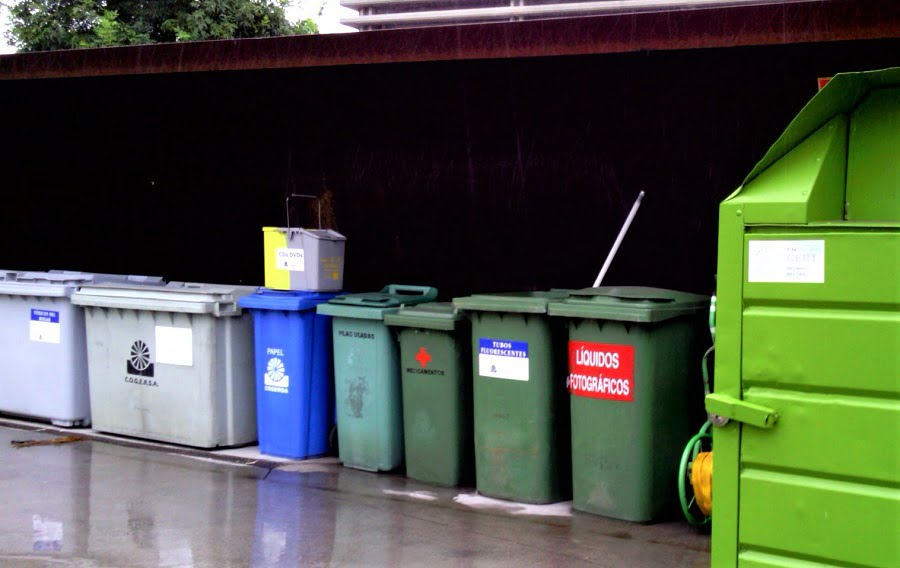 Contenedores para residuos peligrosos en un punto limpio