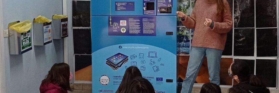 Instalan en un colegio de Getxo (Bizkaia) un contenedor inteligente que premia el reciclaje de residuos electrónicos