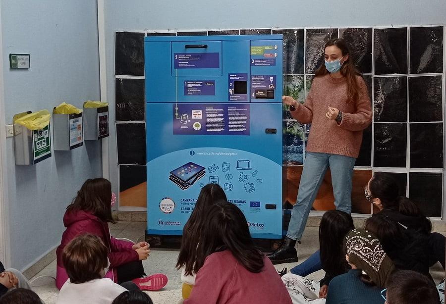 Instalan un contenedor inteligente en un colegio de Romo, en Getxo