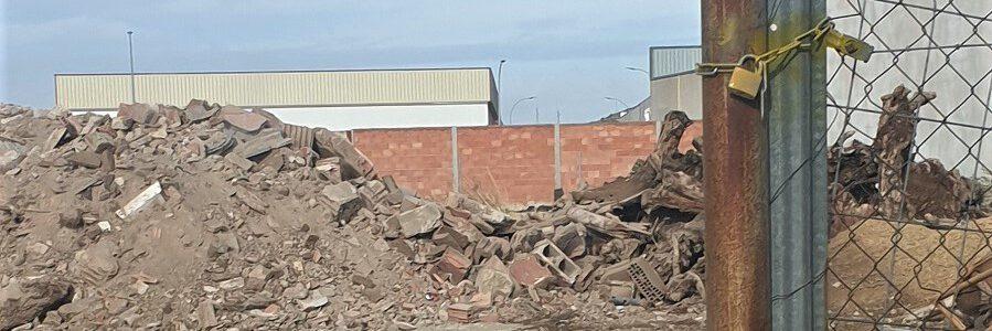 Denuncian un vertido irregular de residuos de construcción en Lucena (Córdoba)