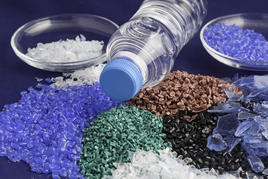 plásticos reciclados de diferentes colores