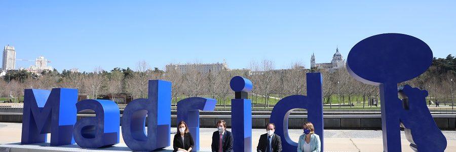 Una gran escultura de vidrio reciclado homenajea la conciencia ambiental de los madrileños