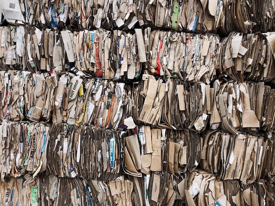 cartón y papel para reciclar