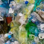 Un informe señala a 20 petroquímicas como principales responsables de la contaminación por los plásticos de un solo uso