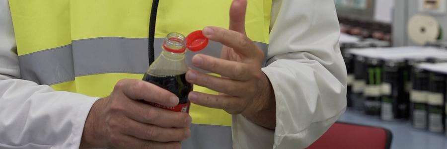 Coca-Cola pone a la venta en España las primeras botellas con el tapón adherido