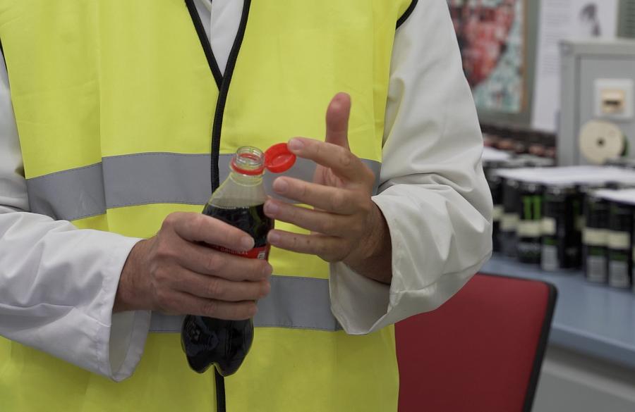 Coca-Cola lanza botellas con tapones adheridos