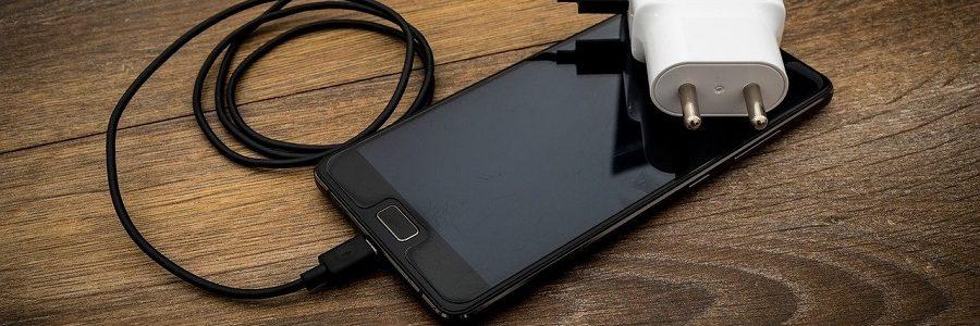 La Comisión Europea quiere un cargador común para móviles y otros dispositivos en 2024